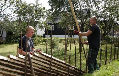 Mindaugas Vaitkus (t.h.) og Eimutis Vibrentis, montører fra Gausdals Skigard, setter opp skigard hos Heidi og Henning Degnes-Ødemark.