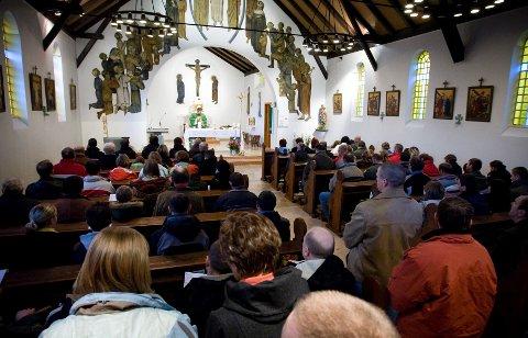 Over 200 deltar på gudstjeneste i den katolske kirken hver helg.