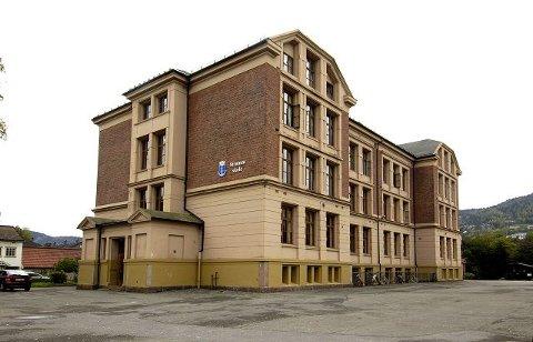 Strømsø skole fraflyttes til høsten, og kan være aktuell for privatskole. Skolen trenger imidlertid omfattende rehabilitering.