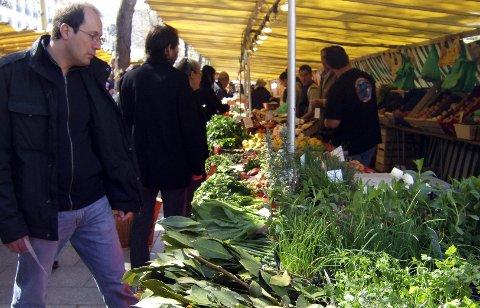 På solfylte søndager er trengselen stor på markedet ved Bastillen.