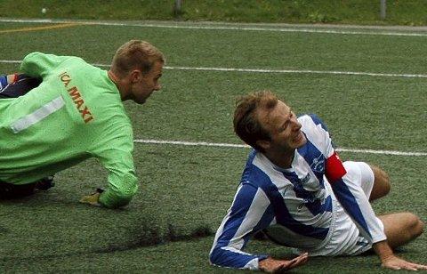 Åssidens Knut Harald Oulie (T.v.) og Henrik Hougen var med å tape 2–4 mot Drammen FK, og er på god vei ned til 4. divisjon.