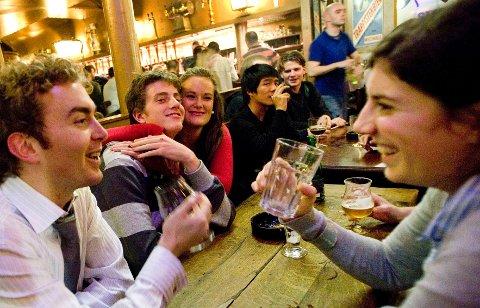 Engelske Nick Taylor og franske Anne Geddes (foran) har fått sansen for det belgiske ølet på The Delirium Taphouse, et ølkransted i Brussels gamle bydel.
