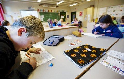 Oliver Grinde Nikolaisen og Aisha Yousufzai ved Aronsløkka skole bruker stavskrift når de skriver fortellinger om en flau rockestjerne. Alle elever i Drammen skal bruke denne skriftformen.