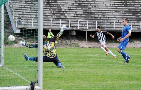 SPIKEREN: Niklas Bjerke Hallèn setter spikeren i kisten med et knallhardt skudd i nærmeste hjørne og 2-0