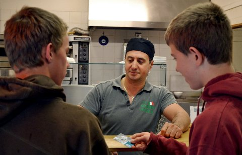 Eieren av Darin Pizza, Roy Omari, tjener gode penger på skoleelever som er lei av brødskivene i matpakken. Han beskriver ungdommene som noen av hans beste, og triveligste, kunder.
