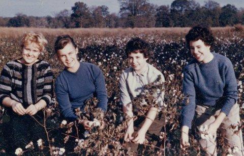 PLUKKET BOMULL: Venninnen Betsy, Gro Nylander som utvekslingsstudent, og vertsfamiliesøstrene Mary og Ann Yarbro.