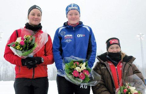 SSK-løperen Sofie Karoline Haugen (t.v.) havnet på pallen fire ganger under helgens NM. Her står hun på pallen etter lørdagens 500 meter, hvor hun gikk inn til delt førsteplass, i likhet med Anne Gulbrandsen (Eidsvold TF). Ellen Bjertnes (Geithus IL) havnet på tredjeplass. FOTO: SANDER HVAMMEN
