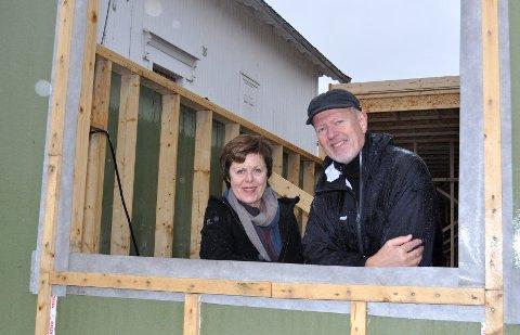 KLARE: Torill Bakke Andersen og mannen Reidar Bjørge Andersen ser lysere utsikter for nybygget sitt. FOTO: TOM ARILD DAHL
