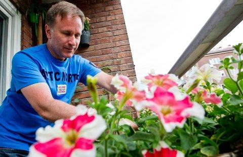 På balkongen i skyggen prøver Willy Kringeland seg fram med ulike plantesorter.