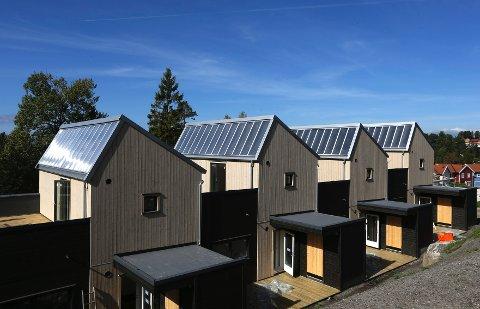 Disse rekkehusene på Mortensrud i Oslo blir innflytningsklare i november, alle med solfangere fra Aventa Solar integrert i taket.