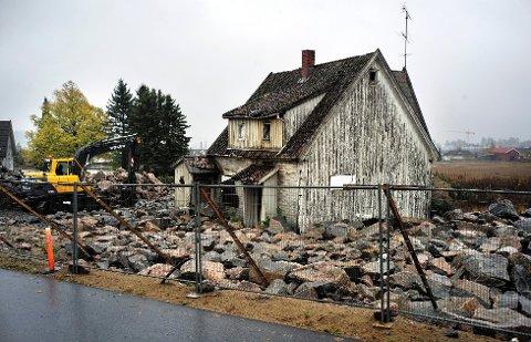 SISTE FRIST: 2. november er siste frist for å etterkomme pålegg om å sikre bygningene samt fjerne steinblokker i Gudbrandsvei på Bjørnstad. Foto: Jarl M. Andersen