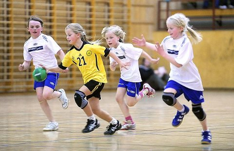 Oppegårds Julie Hattestad stormer fra Spydeberg-spillerne under helgens håndballcup. FOTO: CHRISTIAN CLAUSEN