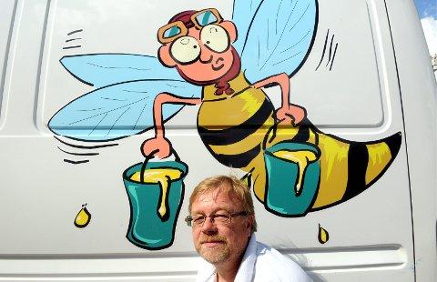STÅR PÅ: Johnny Tørrissen er godt i gang igjen med å bygge opp en ny biestamme etter sykdommen som førte til sanering av den gamle.foto: Sverre Viggen