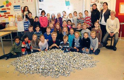 Stor jubel blant tredjeklassingene på Vettre skole over julens fangst av brukte telyskopper.