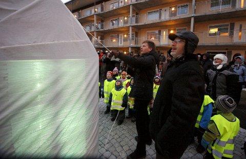 Trekker i snora: Ordfører Tage Pettersen og Ole Gunnar Selvaag avduket i fellesskap skulpturen på Glassverket. foto: espen vinje