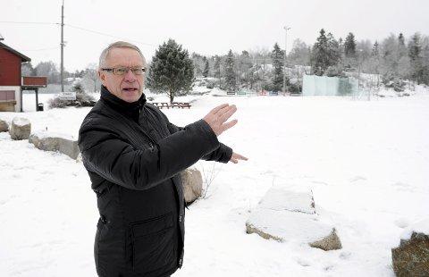 Øst for GØIF-banen: Tor Steinar Mathiassen mener tomtene på Høgenhall i  det bevokste området i bakgrunnen vil bli svært attraktive. Foto: Per Langevei