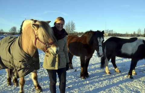 Terapi: – Tilbudet blir som vanlig fysioterapibehandling, men foregår på hest, sier Ane Camilla Kveseth. Foto: Merete N. Netteland