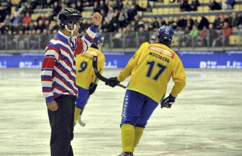 Her er dommer Rohit Saggi (t.v.) i aksjon i en VM-kamp tidligere i uka. Sverige og stjernen Daniel Mossberg (t.h.) får direktiver av 21-åringen.