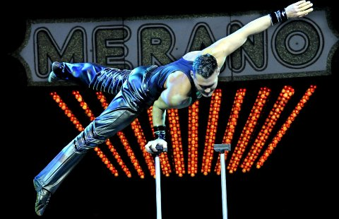 Kraftfullt: Robert Lagroni fra Tsjekkia hadde full kontroll da han svingte seg rundt. Øvelsene viste at han har sterke armer, god balanse og en kroppsbeherskelse de fleste bare kan drømme om. Lagroni er en del av Cirkus Meranos stab på over 100 artister og øvrige medarbeidere. Alle foto: Trond Thorvaldsen