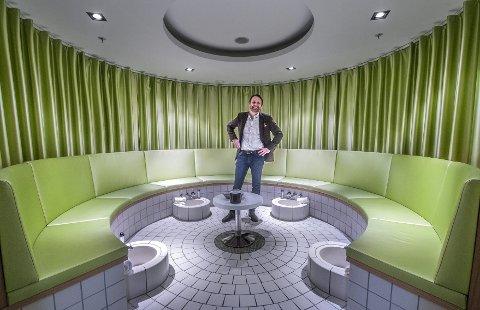 DELIKAT: Lars Øberg har vært med på å designe fotvaskrommet i spa-avdelingen.             FOTO: CHRISTIAN CLAUSEN
