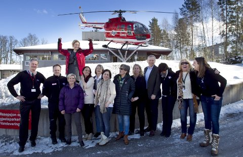 VIL BERGE LIV: Her er noen av de ansatte i Stiftelsen Norsk luftambulanse i Frogn. Kommunikasjonssjef Siv Tonje Solfjell har rød jakke. FOTO: Bjørn V. Sandness