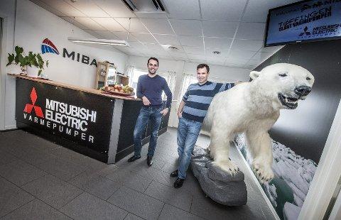 MASKOT: Markedssjef Einar Smidesang (t.v.) og daglig leder Hallvard Grindheim sammen med Mibas varemerke, isbjørnen. BEGGE FOTO: CHRISTIAN CLAUSEN