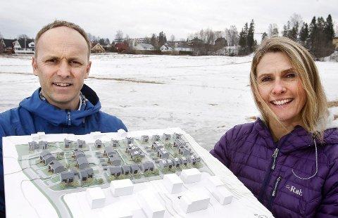 selgere: Arild Indresand og Nina Hox-Medom hos Skanska med modellen av boligene på Gjønnes som skal bygges på jordet bak. FOTO: KARL BRAANAAS