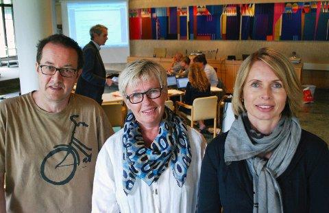 KAN SMILE: Kunstnerne Georg Lederer, Kari Wang og Lillian Netskar kan flytte fra Odlobygget til Tyrigrava. Foto: Kari Kløvstad
