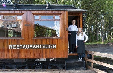 – Her blir det servering i sommer, sier Tone Fosselie Hansen og Inga Røhnebæk.