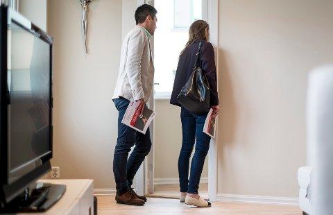 Visningen er viktig når du skal kjøpe leilighet. Andreas Borgen har med seg Elisabeth Estensen på boligjakten.