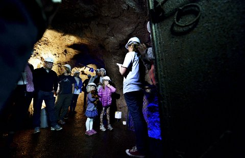 Hannah Petersen (4) og Ava Røysgård (7) fulgte nysgjerrig med på det konservator på Slottsfjellsmuseet Cecilia Gustavsen hadde å fortelle om hulene under Slottsfjellet da de åpnet i går formiddag.