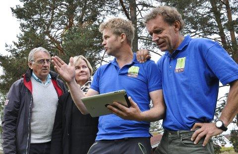 UTVIKLING: Steinar Vestøl (fra venstre) og Elisabeth Frydenlund får demonstrert den nye nettordningen av Isak Hasselvold og Frode Hjort i SB Skog AS.Foto: Nils Henning Vespestad
