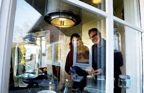 Gjenbruksbutikken Olgars har fått navn etter veien den ligger i, Olgar Dahls vei på Brår, forteller Cecilie Lie og Glenn Ellefsen. På verkstedet her får gamle norgesglass og vaskemaskintromler nytt liv som lykter og lamper.