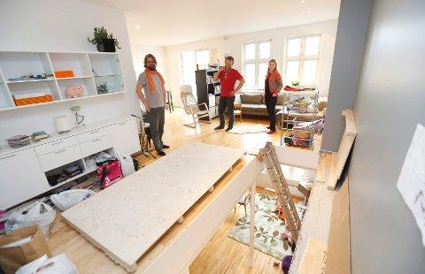 Til venstre ser du arkitektkompis Hallstein Guthu. Da vi besøkte familien Bjørke-Hagen, ventet de fremdeles på trappa.