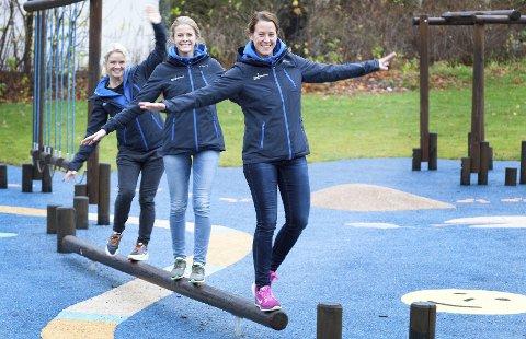 Frisklivstrioen: Helén Christoffersen (til venstre), Annette Ruud og lederen Lene Østby Furu morer seg med å balansere litt. Du kan være aktiv mange steder. Foto: Bjørn V. Sandness