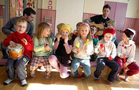 <b>KREATIVE.</b> To ganger i uken får barna i Sætre kunst og musikkbarnehage besøk av en kunstner. Mye tid går også med til å spille musikk. Barnehagen er inspirert av Rudolf Steiners antroposofi. Foran f.v. Theo Johan Rikartsen, Linn Tamara Øygard, Birgitte Martinsen Sønstebø, Natalia Kudiacz, Even Snare Sandbakk, Renate Killingstad. Bak f.v. avdelingsleder uteavdelingen Felix Müller, femåringene Martine Emilie Telle, Tuva Lund Øksnes, Joakim Simonsen Opsal, Bendik Hvalstad, Hans Henrik Hempkins og assistent Joakim Horten. FOTO: GURI HARAM