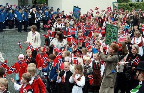 Med Asker Skolekorps inne ved veggen passerte 42 skoler og korps forbi kronprinsfamilien.