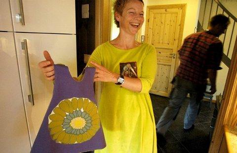 Trebarnsmor Gry Aamodt viser fram den første retrokjolen, med stoff fra mormors gamle sengetøy.ALLE FOTO: ANNE AASE HARALDSEN