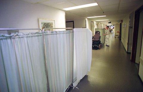 BRYTER TAUSHETSPLIKTEN: Pasienter og pårørende klager til Pasient- og brukerombudet om taushetsplikt som brytes i korridorer, på venterom og på flersengsrom. Illustrasjonsfoto: Anne Charlotte Schjøll