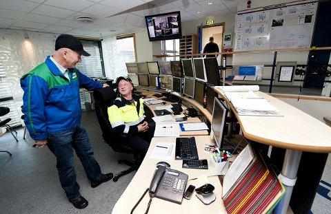 Ansatt i 23 årJens Lunner (45) styrer produksjonen fra kontrollrommet. – Jeg er heldig som jobber i en eksportbedrift som er oppe og går. Føler også at vi ansatte blir satt pris på og at bedriften satser på HMS, sier han henvendt til sjefen.
