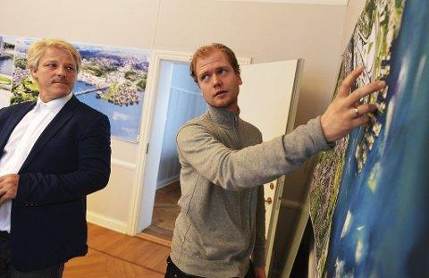VISER: Sammen med arkitektene Jarand Midtgaard (til høyre) og Jappe Nielsen, visualiserer Asbjørn Abrahamsen (til venstre) ny fastlandsforbindelse fra Nøtterøy til Tønsberg. Foto: Per Gilding