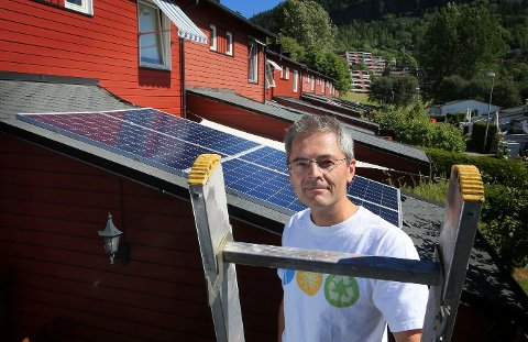 VERDIFULLE SOLSTRÅLER: – Så snart vi får et velfungerende solcellemarked i Norge og prisene faller, fyller jeg gjerne hele taket med solceller, sier Svein Medhus – her med sitt eget lille minikraftverk, på taket av boden hjemme på Kolsås.