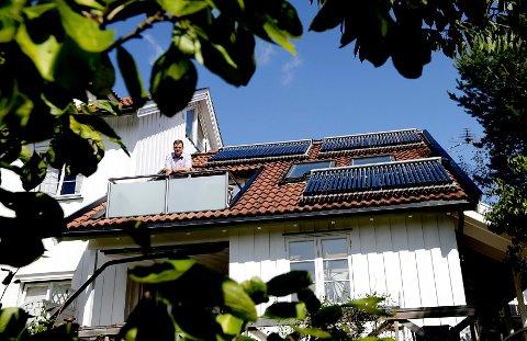 Håkon Borch installerte sine tre rammer med solfangere på hustaket i 2011. I dag sparer han tusenvis av kroner i strømutgifter.