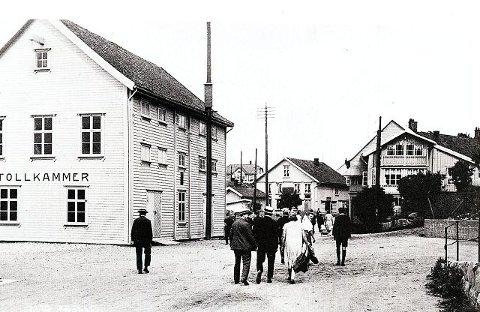 Tollbodplan var et knutepunkt i området. Her ser vi Finnegården til høyre i bildet som er tatt cirka 1920.