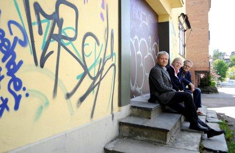 Teknisk drift har nok ressurser til å fjerne taggingen, mener Bjørnar Laabak (fra venstre), Ingrid Willoch og Leif Eriksen.