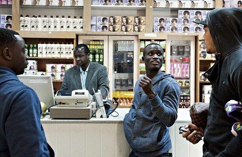 Det var en hektisk dag for Mohammed Abu (i midten) i går. Sent på kvelden dro han, Razak Nuhu (t.v.) og Adam Larsen Kwarasey til Sayid Mudeys butikk på Strømsø for å kjøpe SIM-kort til mobilen.