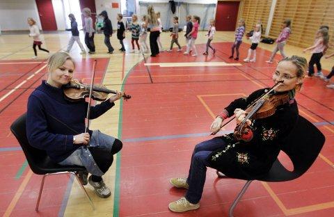 Elisabet Olhans og Marianne Tomasgård sørger for musikk til dansen.