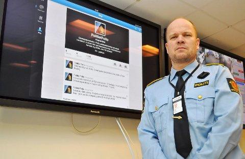 I GANG:  Ved midnatt natt til fredag startet politiet å informere Follos befolkning og pressen på Twitter.  Operasjonsleder Leif Olav Holten tror det blir en bra ordning.  FOTO: LARS NORSTED