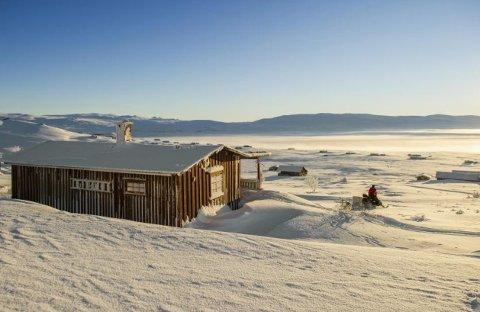 På litt over 1.100 meters høyde befinner denne hytta seg på Imingfjell i Uvdal. Prisantydning er 990.000 kroner.