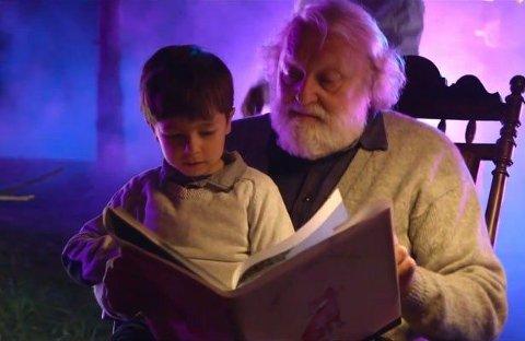 BOK: Boken i Ylvis' musikkvideo var et hint om bok.Foto: TV Norge